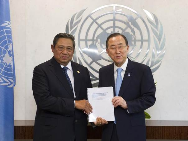 Indonesian President Susilo Bambang Yudhoyono (L) presents a panel report on post-2015 Millennium Development Goals (MDGs) to United Nations Secretary General Ban Ki-Moon during a ceremony at the United Nations headquarters in New York May 30, 2013. REUTERS/United Nations/Mark Garten/Handout via Reuters