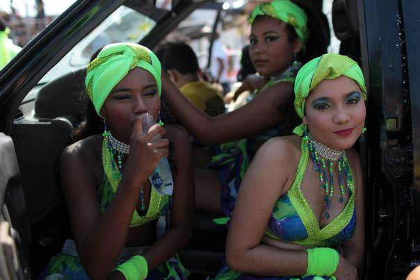 Revellers wait before their performance at a carnival parade in Barranquilla February 19, 2012. REUTERS/Joaquin Sarmiento