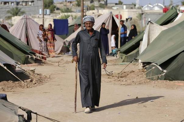 A man who fled violence in the Iraqi town of Jalawla walks at Ali Awa refugee camp, near Khanaqin city, August 28, 2014. REUTERS/Youssef Boudlal