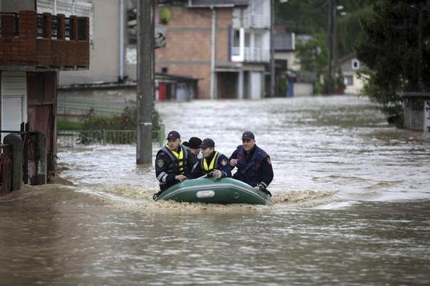 Firefighters evacuate people during floods in Zenica, Bosnia, May 15, 2014. REUTERS/Dado Ruvic