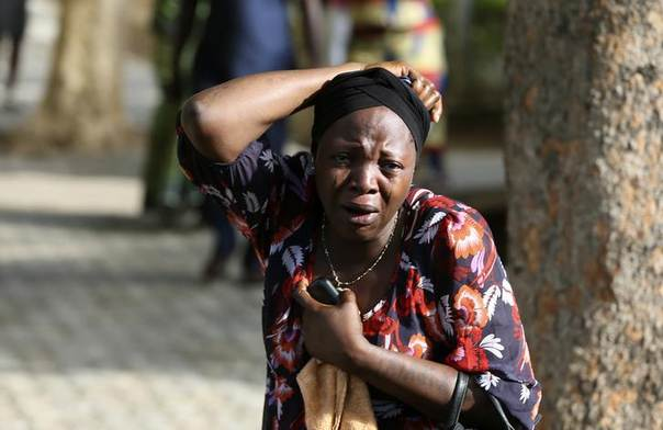 Bystanders react as victims of a bomb blast arrive at the Asokoro General Hospital in Abuja April 14, 2014. . REUTERS/Afolabi Sotunde