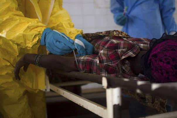 Medical staff take a blood sample from a suspected Ebola patient at the government hospital in Kenema, Sierra Leone, July 10, 2014. REUTERS/Tommy Trenchard