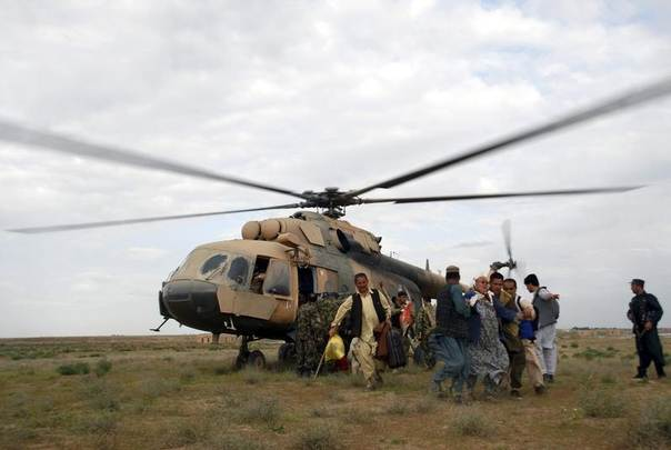Flood survivors are evacuated by a military helicopter at a field in Jawzjan province, Afghanistan, April 25, 2014. REUTERS/Stringer