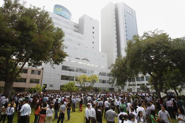 Office workers stand in circles after they were evacuated from corporate buildings during an earthquake evacuation drill at San Isidro's financial center in Lima, Peru April 3, 2014.REUTERS/Enrique Castro-Mendivil