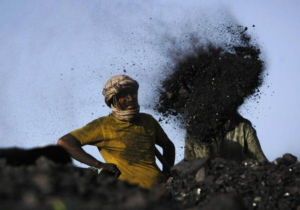 Labourers work at a coal dump site outside Kabul, Afghanistan, Sept. 3, 2013. REUTERS/Mohammad Ismail