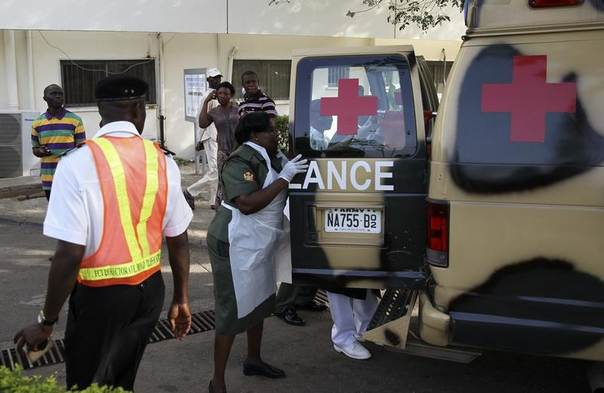 A military nurse helps victims of a bomb blast off an ambulance at the Asokoro General Hospital in Abuja, Nigeria, April 14, 2014. REUTERS/Afolabi Sotunde