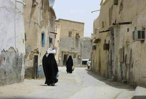 Veiled women carry vegetables as they walk along a street at the neighbourhood of Shmeisy in Riyadh April 22, 2013. REUTERS/Faisal Al Nasser