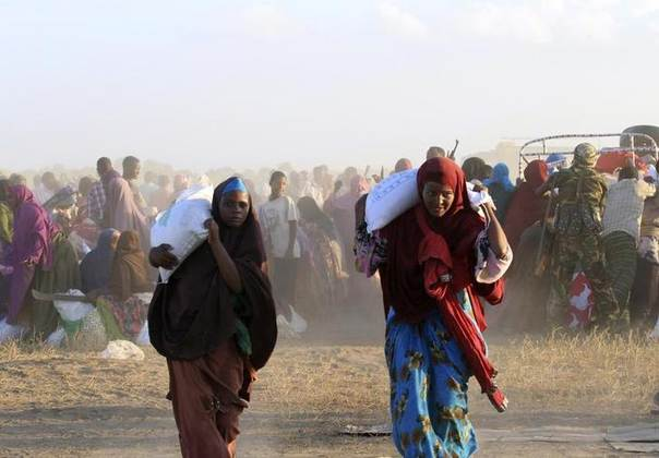 Displaced Somali women leave with food rations from a distribution centre in Jowhar, a town north of Somalia's capital Mogadishu, December 9, 2013. REUTERS/Omar Faruk