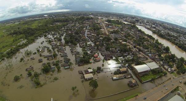 An aerial view of a neighbourhood flooded by the Acre river which continues to rise from weeks of heavy rainfall in the region including northern Bolivia and eastern Peru, in Rio Branco, Acre state March 13, 2014. REUTERS/Odair Leal