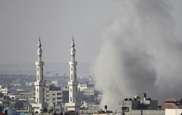 Smoke rises following what witnesses said was an Israeli air strike in Gaza, August 23, 2014. REUTERS/Ahmed Zakot