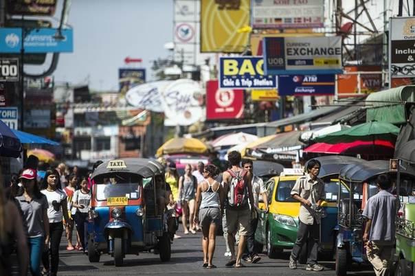Tourists walk along Khao San Road tourist district in central Bangkok January 11, 2014. REUTERS/Nir Elias