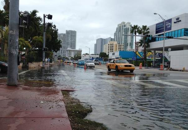 Flooding at Alton Road and 10th Street is seen in Miami Beach, Florida, on Nov. 5, 2013. REUTERS/Zachary Fagenson