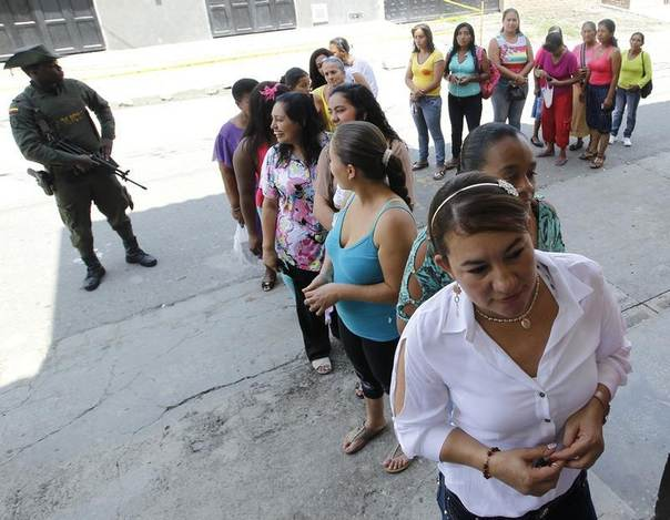 Colombian women wait to vote in presidential elections in Corinto May 25, 2014.  REUTERS/Jaime Saldarriaga