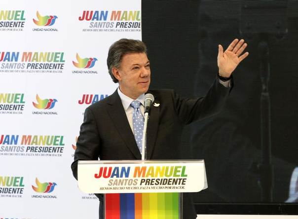 Colombia's President Juan Manuel Santos greets supporters during a campaign rally in Bogota April 28, 2014 REUTERS/Jose Miguel Gomez