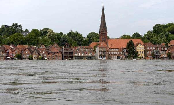 Houses are seen in the flooded town of Lauenburg beside the Elbe river, Germany, June 12, 2013. REUTERS/Fabian Bimmer
