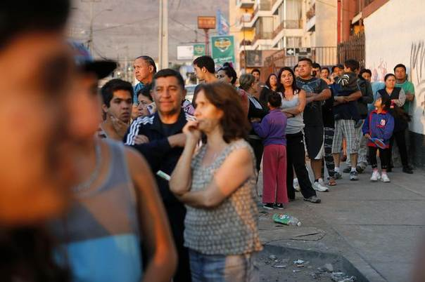People line up outside a market to buy supplies after an earthquake and tsunami hit the northern port of Iquique April 2, 2014.  REUTERS/Ivan Alvarado
