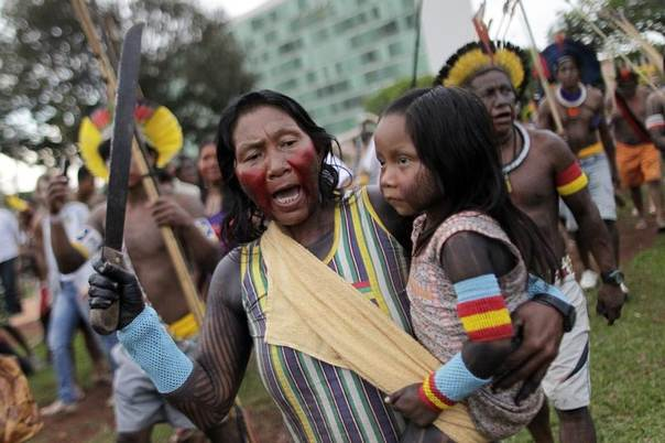 Indians from various parts of Brazil take part in a demonstration in Brasilia to defend the territorial rights of the indigenous population against the government, agribusiness and large mining and energy companies, Oct. 1, 2013. REUTERS/Ueslei Marcelino