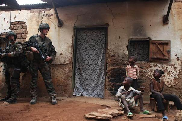 French soldiers conduct a daytime patrol in a neighbourhood in Bangui, where shooting continued overnight in the capital, December 26, 2013. REUTERS/Andreea Campeanu