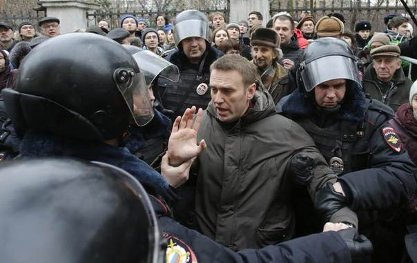 Police detain opposition leader Alexei Navalny outside a courthouse in Moscow February 24, 2014 REUTERS/Tatyana Makeyeva