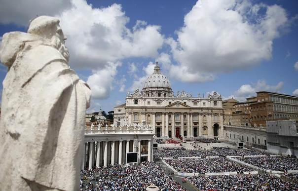 The faithful attend a mass led by Pope Francis in Saint Peter's Square at the Vatican May 19, 2013. REUTERS/Tony Gentile