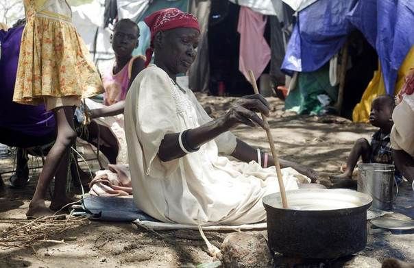 A South Sudanese woman displaced by recent fighting prepares a meal at the Bor camp for the internally displaced in Bor town, Jonglei state, April 29, 2014. REUTERS/Carl Odera
