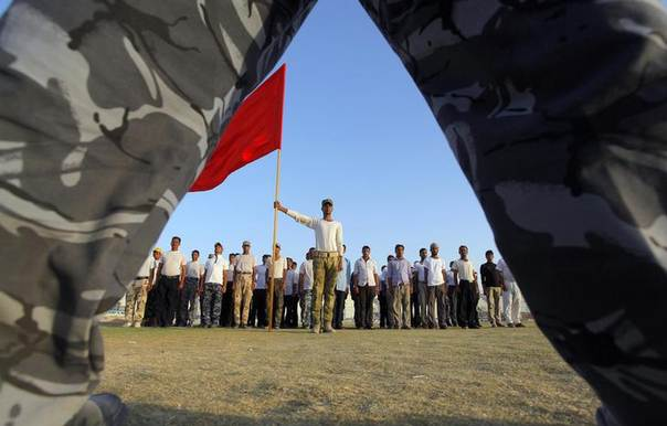 Shi'ite volunteers, who have joined the Iraqi army to fight against the predominantly Sunni militants from the radical Islamic State of Iraq and the Levant (ISIL), stand at attention during a military-style training in Najaf, June 22, 2014 REUTERS/Alaa Al-Marjani