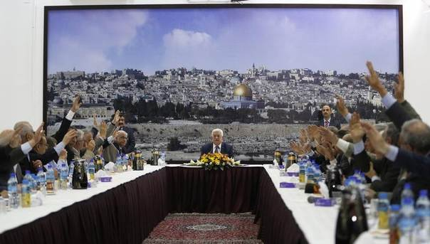 Palestinian leaders vote for international conventions as Palestinian president Mahmoud Abbas chairs a meeting in the West Bank City of Ramallah April 1, 2014. REUTERS/Mohamad Torokman