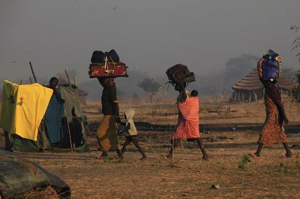People displaced by fighting in Bor county carry their belongings after arriving in the port of Minkaman, in Awerial county, Lakes state, in South Sudan. Picture January 14, 2014, REUTERS/Andreea Campeanu