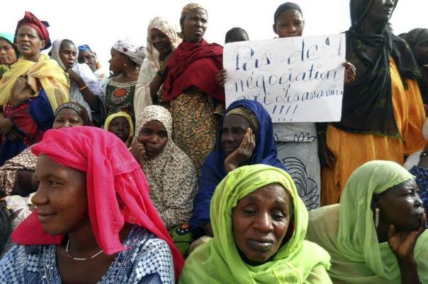 Women attend a protest urging Mali and France to retake the Kidal region of far northern Mali, in Gao May 30, 2013. The Kidal region is the last region still not under Malian control, occupied by former Islamist and Tuareg rebel groups alongside France. REUTERS/Stringer