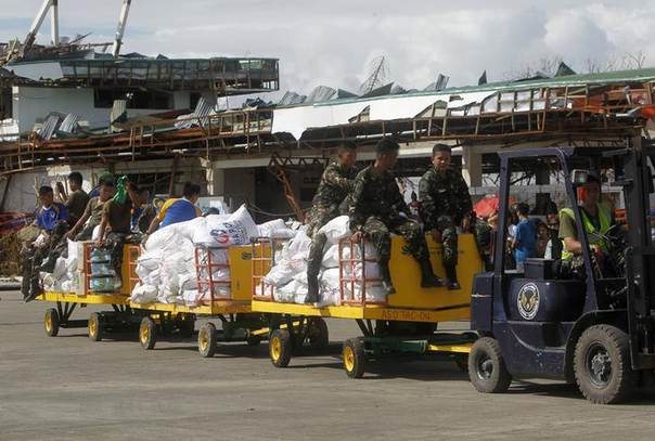 Soldiers move relief goods arriving at Tacloban airport, central Philippines after typhoon Haiyan, as survivors grow desperate. Photo November 14, 2013, REUTERS/Romeo Ranoco