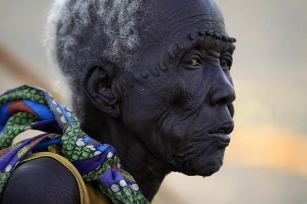 A South Sudanese refugee waits inside camp Kilo 10 after arriving from Malakal and al-Rank war zone inside South Sudan, in the al-Salam locality at the Sudan border in White Nile State January 26, 2014. REUTERS/Mohamed Nureldin Abdallah