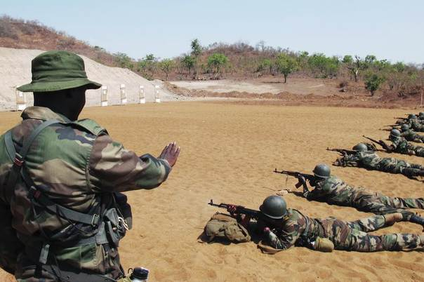 Malian soldiers practise marksmanship during a European Union training mission session in Koulikoro, Mali, May 17, 2013. REUTERS/David Lewis