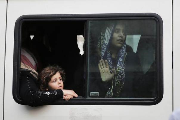 Palestinians flee the Shujayeh neighbourhood in a vehicle during heavy Israeli shelling in Gaza City July 20, 2014. REUTERS/Finbarr O'Reilly
