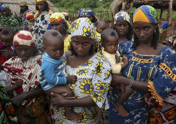 Women from Peul tribe hold their children in a village outside Bambari May 30, 2014. Peul cattle herder tribes are Muslims and are often attacked by Anti-Balaka Christian militia.  REUTERS/Goran Tomasevic