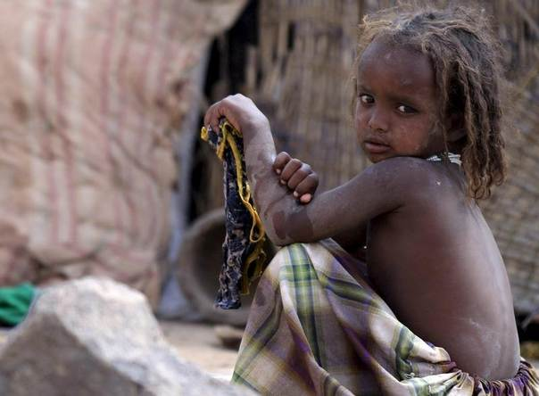 A girl sits outside a temporary shelter in the drought stricken Somali region in Ethiopia, January 26, 2016. REUTERS/Tiksa Negeri