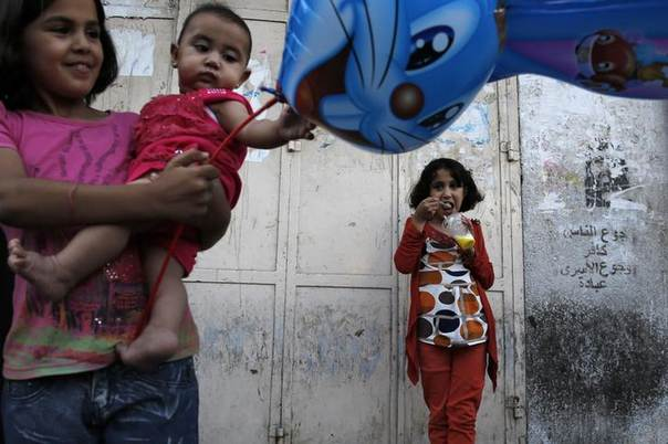 Palestinians enjoy an afternoon out during the first day of a three day ceasefire, in Gaza City August 5, 2014. REUTERS/Finbarr O'Reilly