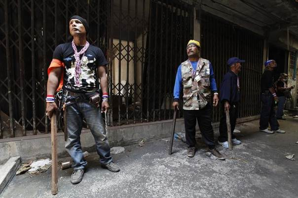 Anti-government protestors prepare to enter an abandoned building to search for a person who threw an explosive device, in Bangkok January 17, 2014. REUTERS/Paul Barker