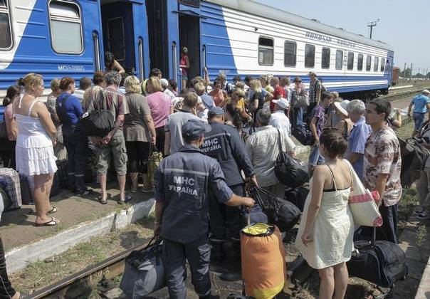 Refugees from the Luhansk region wait to board a train terminating in Kharkiv, at a railway station near the town of Svatovo, Ukraine, August 12, 2014. REUTERS/Stanislav Belousov