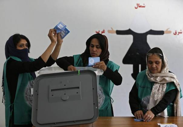 Election officials count ballot papers as representatives of candidates observe at a polling station in Kabul June 14, 2014. REUTERS/Omar Sobhani