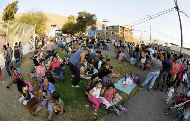 People wait in a tsunami safety zone after a magnitude 6.7 earthquake shook Iquique in northern Chile March 16, 2014. REUTERS/Cristian Vivero