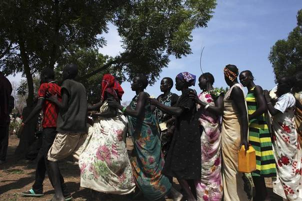 Displaced South Sudanese waiting in a food queue in Nyal, Unity State. Picture April 1, 2014 REUTERS/Andreea Campeanu