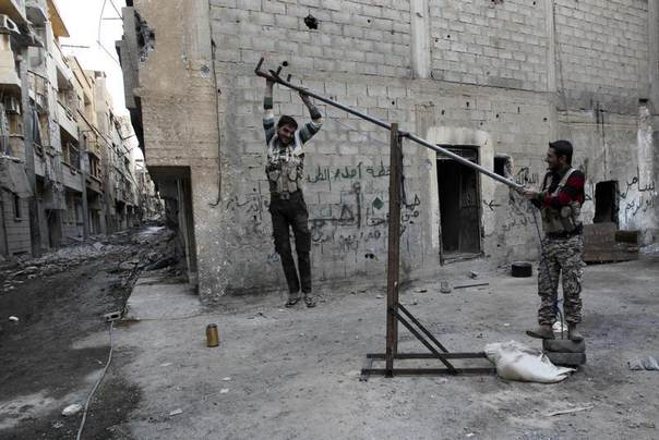 Free Syrian Army fighters test a catapult arm in Jubaila neighbourhood in Deir al zor, eastern Syria, October 5, 2013. REUTERS/Khalil Ashawi