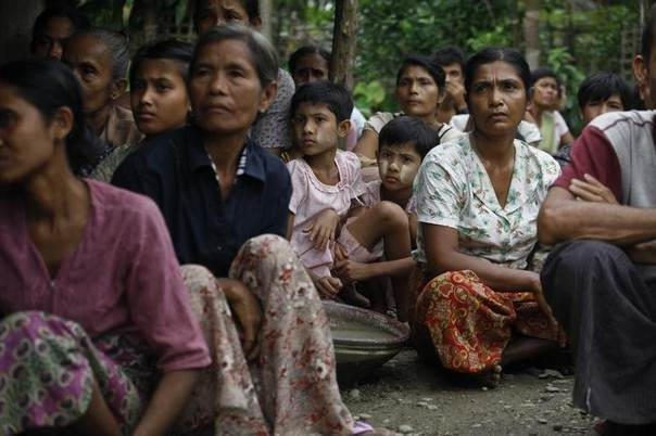 Muslims sit in a temporary refugee camp after losing their homes during recent violence in Thapyuchai village, outside of Thandwe in the Rakhine state, Myanmar, October 2, 2013. REUTERS/Soe Zeya Tun